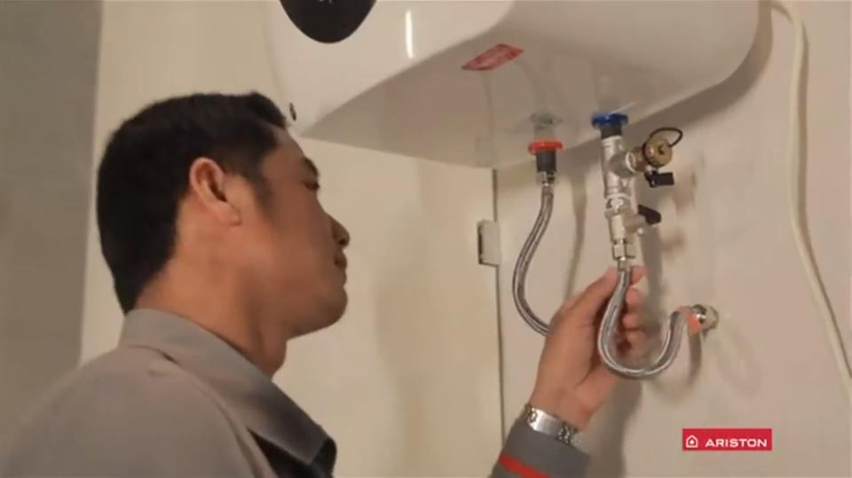 Bình nóng lạnh bị rò ở đường ống cấp nước vào bình