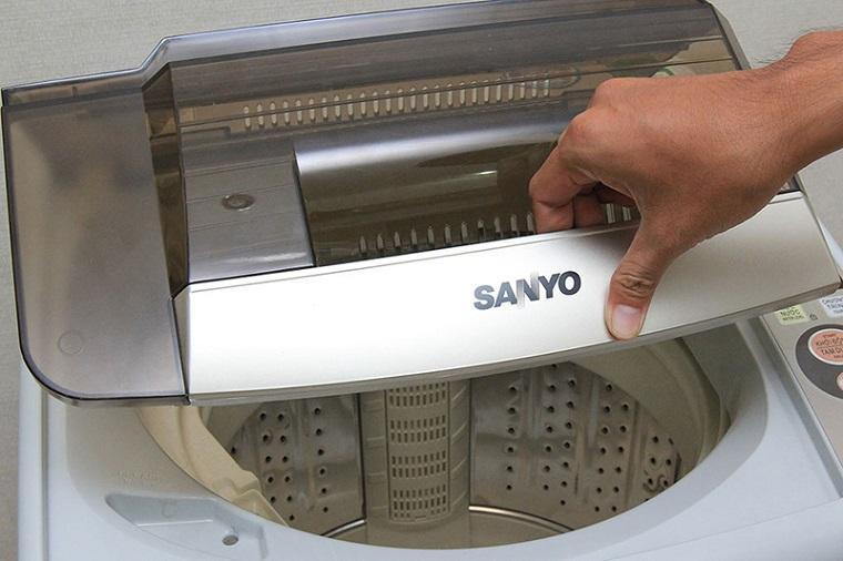 Nắp máy giặt đóng không khí khiến máy giặt nháy đèn liên tục