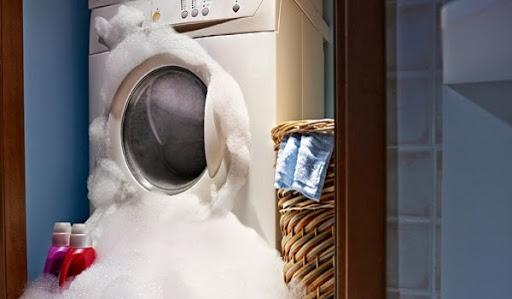 Làm gì khi máy giặt bị tràn nước ra ngoài?